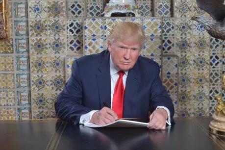 Tổng thống Mỹ Donald Trump ký sắc lệnh đầu tiên chống Obamacare