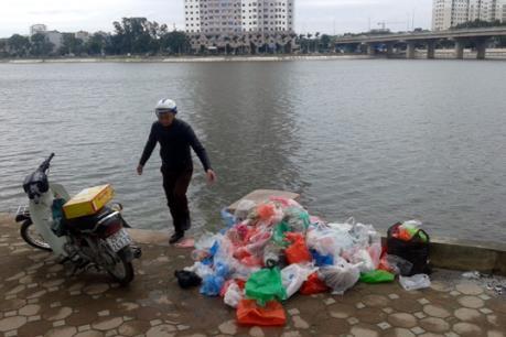 """Ngày Tết ông Công ông Táo: Một số sông, hồ ở Hà Nội """"ngập"""" rác"""