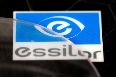 """Luxottica """"bắt tay"""" Essilor: Vụ sáp nhập """"khủng"""" tại châu Âu"""