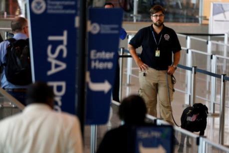 """Mỹ: Lệnh cấm nhập cảnh áp dụng với cả người có """"thẻ xanh"""""""
