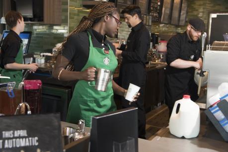 Starbucks tuyển dụng 10.000 người tị nạn sau sắc lệnh cấm nhập cảnh của Mỹ