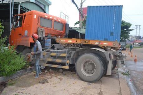 Ninh Thuận: Xe đầu kéo sơ mi rơ moóc đâm vào nhà dân, một người bị thương nặng
