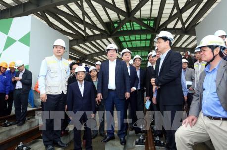 Phó Thủ tướng Trịnh Đình Dũng kiểm tra tuyến đường sắt đô thị Hà Nội