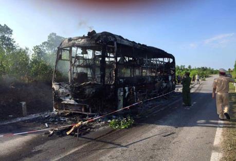 Long An: Xe khách bị cháy rụi trên đường cao tốc