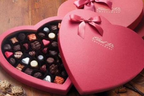 """Mặt hàng quà tặng Valentine (14/2) """"phủ sóng"""" thị trường"""