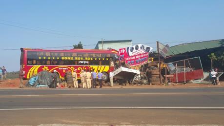 Hy hữu: Xe cứu hộ giao thông kéo xe giường nằm húc thẳng vào nhà dân