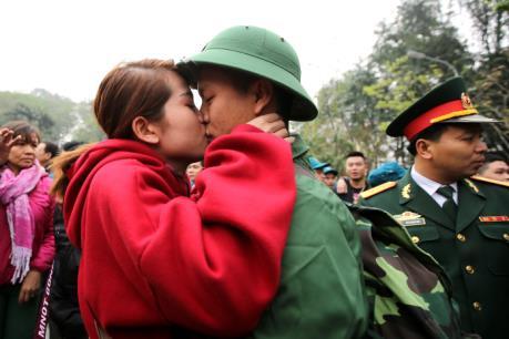 Nụ hôn và nước mắt tiễn tân binh nhập ngũ ngày Valentine