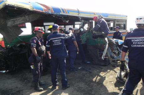 Xe buýt đấu đầu với xe trộn bê tông trên cao tốc, ít nhất 66 người thương vong