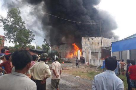 Đang cháy lớn ở một kho phế liệu tại Quận 9, Tp. Hồ Chí Minh
