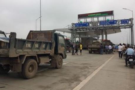 Hàng chục xe ô tô chặn trước trạm thu phí Quốc lộ 32, Phú Thọ
