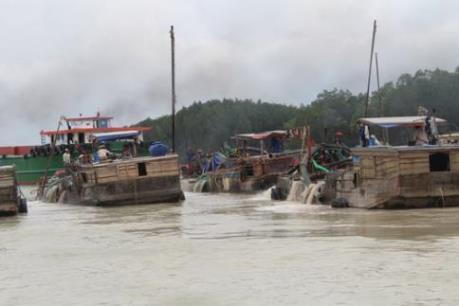 """""""Nóng"""" nạn khai thác cát ban đêm ở sông Đồng Nai"""
