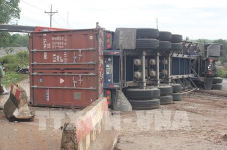 Bình Phước: Xe container đâm vào dải phân cách gây ách tắc giao thông nhiều giờ