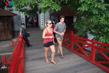 Sẽ không còn hiện tượng ăn mặc phản cảm trong các di tích ở Hà Nội