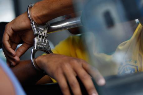 Tạm giữ ba người để điều tra về hành vi bắt giữ người trái pháp luật