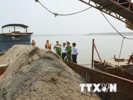 Xử phạt doanh nghiệp đắp đập nắn dòng sông, khai thác cát trái phép
