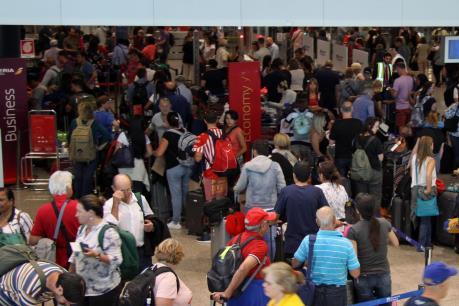 Hàng nghìn hành khách hỗn loạn tại sân bay Heathrow và Gatwick ở London