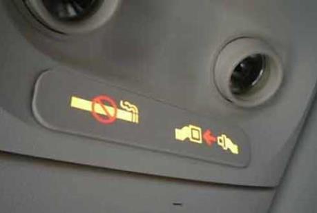 Cấm bay với hai hành khách lén hút thuốc trên máy bay