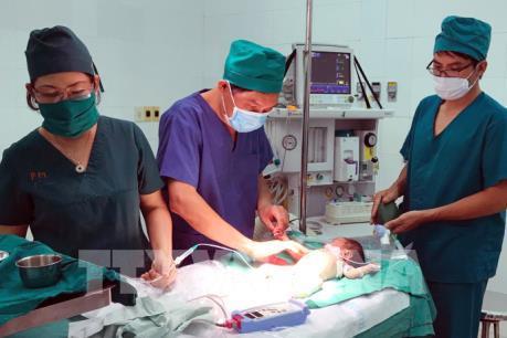 Cứu sống bé gái hơn 1 tháng tuổi dị tật gan lọt trong lồng ngực và thủng túi thừa Meckel