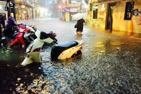Mưa lớn trong chiều 19/6 khiến nhiều điểm ở Hà Nội chìm trong nước