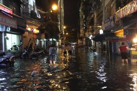 Người dân Hà Nội vất vả trong mưa ngập