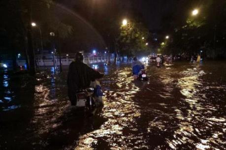 Mưa lớn gây úng ngập cục bộ tại các quận trung tâm Thủ đô