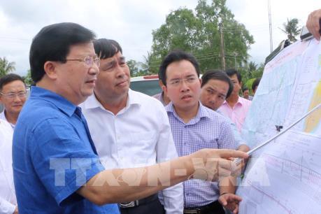 Phó Thủ tướng Trịnh Đình Dũng khảo sát vị trí xây dựng cầu Đại Ngãi qua sông Hậu