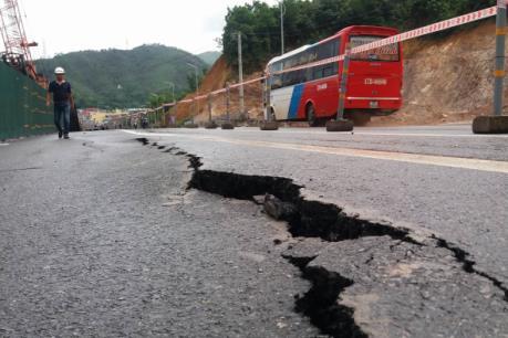 Nhiều vết nứt và sạt lở trên Quốc lộ 18A đoạn qua Cẩm Phả