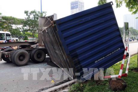 Xe container lật đè xe buýt trên xa lộ Hà Nội