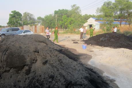 Lượng lớn chất thải nguy hại đổ trực tiếp ra môi trường gây nguy cơ ô nhiễm nguồn nước