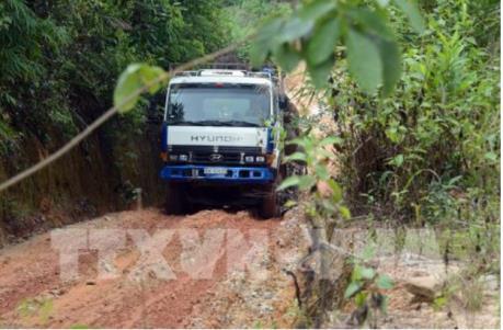 Quốc lộ 14C bị phá nát vì xe tải trọng nặng