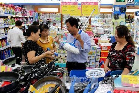 """Doanh nghiệp đua nhau """"tung"""" hàng Việt ra thị trường với nhiều ưu đãi để kích cầu"""