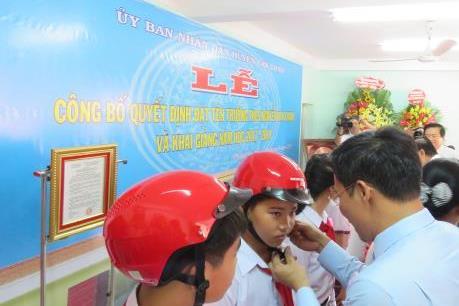 Honda Việt Nam tiếp tục trao tặng mũ bảo hiểm ở Long An