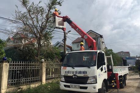 Điện lực miền Trung khẩn trương khắc phục sự cố lưới điện sau bão số 10
