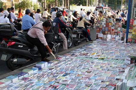 Chiêu trò bán sách lậu: Thổi giá cao - Giảm giá sâu