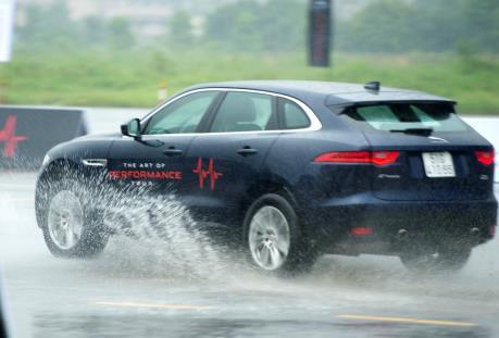 Hãng xe Anh quốc Jaguar mang dàn xe sang đến Hà Nội cho khách trải nghiệm