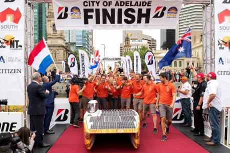 """""""Nuon"""" tiếp tục về nhất trong cuộc đua World Solar Challenger"""