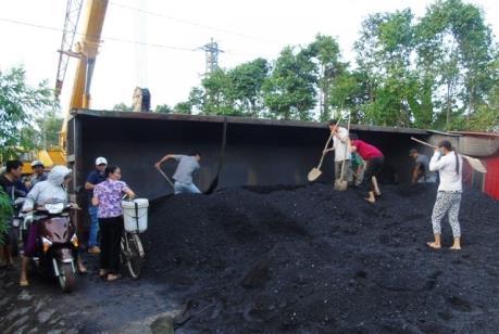 Xe chở than bị lật trên quốc lộ 18 đoạn qua Quảng Ninh