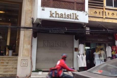 Lực lượng liên ngành tiến hành kiểm tra tại cửa hàng Khaisilk