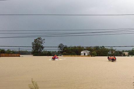 Giải cứu 131 công nhân bị mắc kẹt khi nước sông vượt báo động 3
