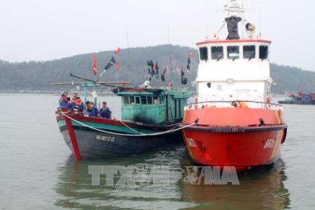 Cứu nạn 13 thuyền viên tàu cá bị nạn ngoài khơi đảo Hòn Ngư