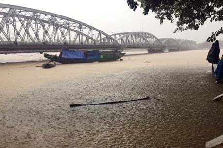 Nước sông Hương vượt mức báo động 2, cảnh báo nguy cơ ngập lụt diện rộng