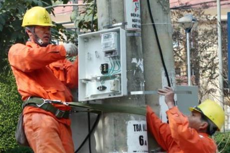 Hà Nội lắp đặt hệ thống điện và thay bóng đèn miễn phí cho các gia đình chính sách