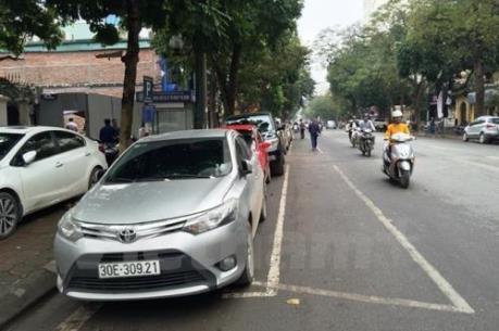 Giá trông giữ xe tại Hà Nội cao ngất, dịch vụ Grab và Uber càng nở rộ?