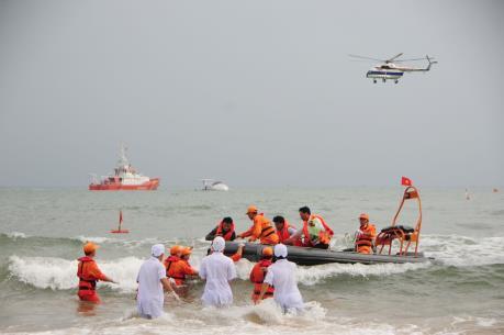 Đưa 2 thủy thủ nước ngoài bị nạn trên biển về bờ cấp cứu