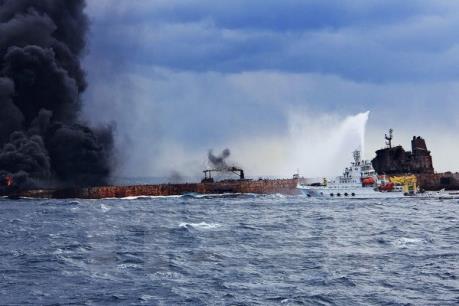 Tàu chở dầu Iran gặp nạn bị chìm xuống biển