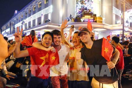 Hàng ngàn người xuống đường cổ vũ sau chiến thắng của U23 Việt Nam