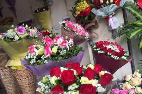 Thị trường ngày Valentine sôi động vào giờ chót