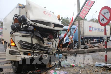 Va chạm giữa xe container và xe tải, 3 người bị thương