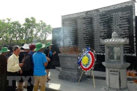 Dâng hương tại Khu tưởng niệm chiến sĩ Gạc Ma