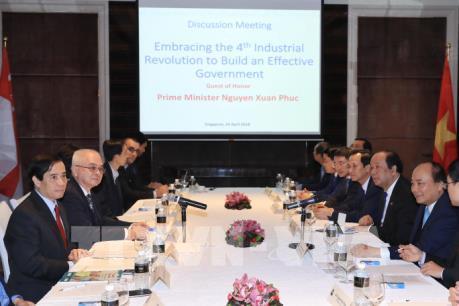 Thủ tướng Nguyễn Xuân Phúc trao đổi với các nhà khoa học và trí thức tại Singapore